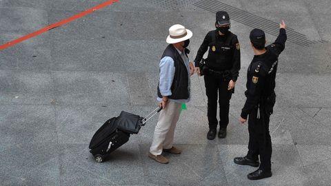 Polizei kontrolliert Passanten
