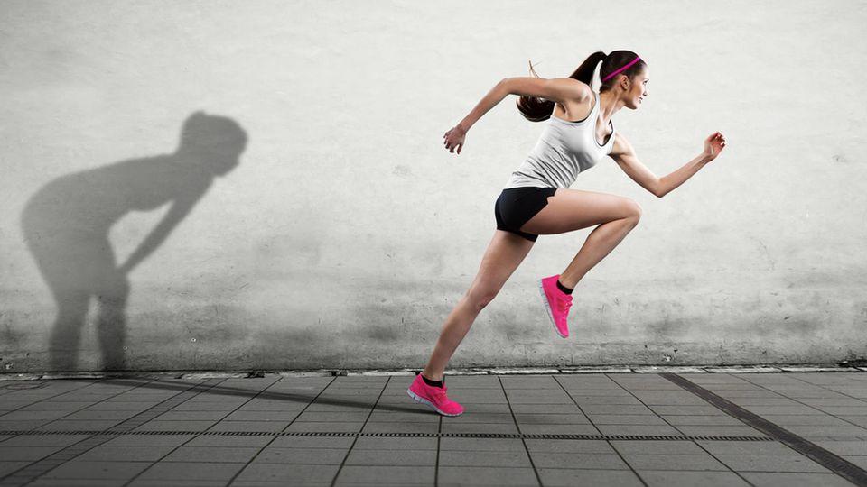 Eine Läuferin rennt ihrem Schatten weg