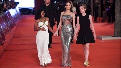 Es war für viele der Höhepunkt des Abends, als Angelina Jolie mit ihren Töchtern Zahara (l.) undShiloh Jolie-Pitt den roten Teppich vor dem Auditorium Parco della Musica in Rom beschritt. Die beiden Mädchen genossen es sichtlich.