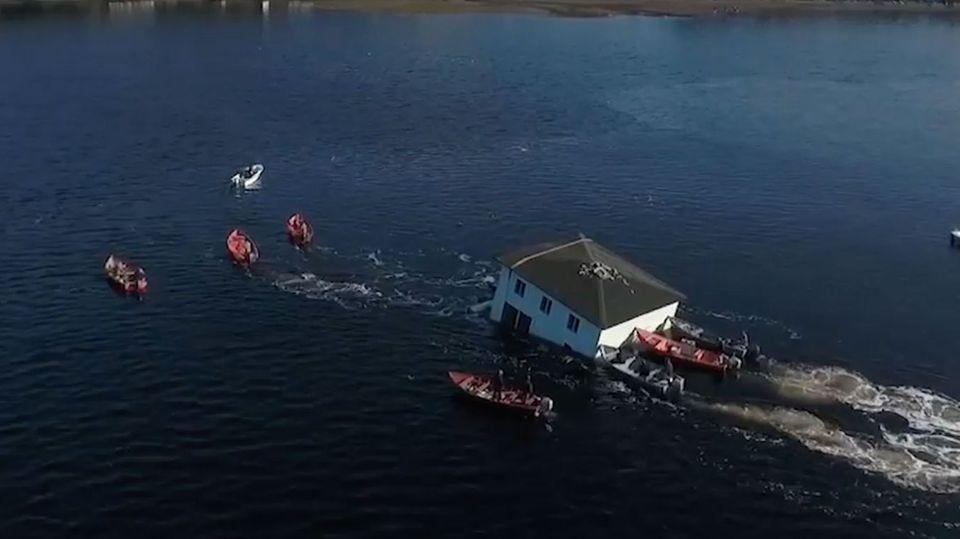 Fast gekentert: Spektakulärer Haus-Transport über See endet beinahe in Katastrophe