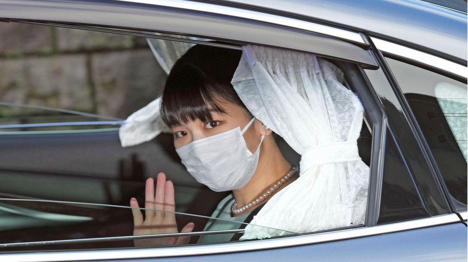Japans Prinzessin Mako winkt aus einem Autofenster heraus