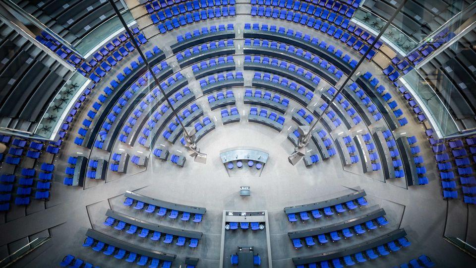 Blick in den Plenarsaal des Deutschen Bundestag mit der neuen Sitzverteilung für die 20. Legislaturperiode.