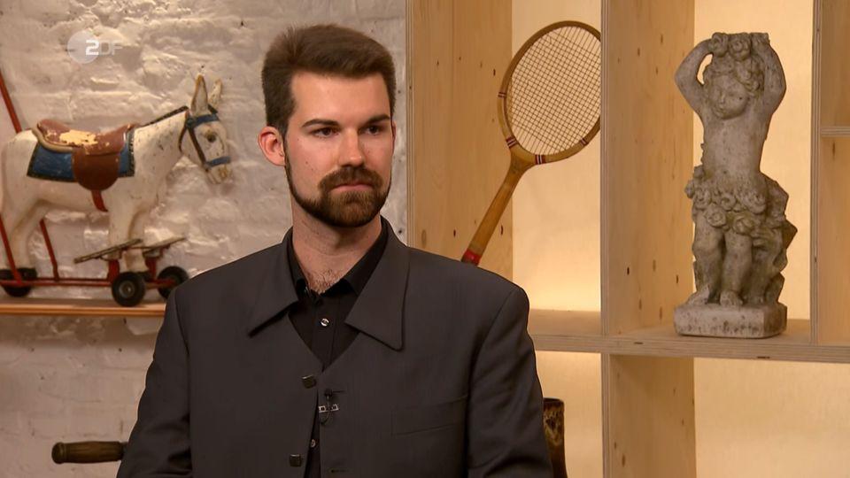 """Jakob Rasch steht im Studio von """"Bares für Rares"""" in Pulheim."""