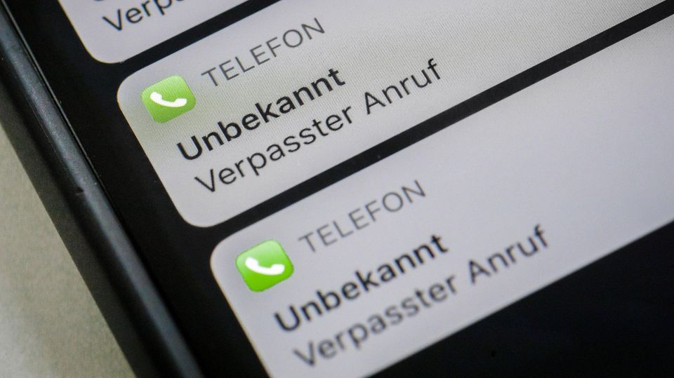 Handy-Display zeigt verpasste Anrufe einer unbekannten Nummer an.