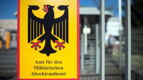 Ein Schild für das Amt für den Militärischen Abschirmdienst (MAD) hängt am Zaun der Konrad-Adenauer-Kaserne in Köln