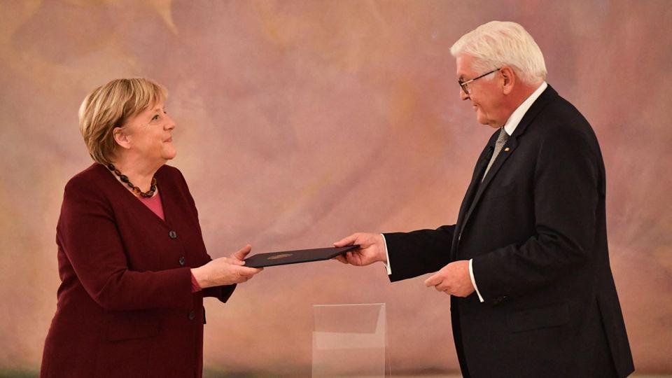 Bundespräsident Steinmeier überreicht Bundeskanzlerin Merkel ihre Entlassungsurkunde