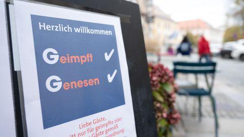 Eine Tafel vor einem Restaurant an der Hauptstraße in Dresden informiert die Gäste über die 2G-Regel