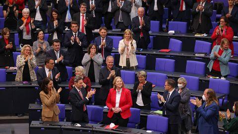 Bärbel Bas freut sich nach ihrer Wahl zur Bundestagspräsidenten über den Applaus der Abgeordneten