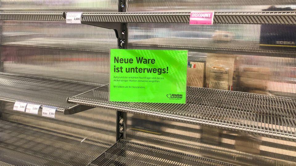 Leeres Supermarktregal