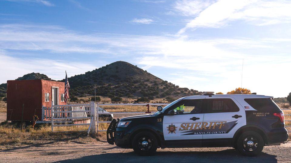 Ein Wagen des Sheriffs von Santa Fe County parkt auf der Straße am Eingang der Bonanza Creek Ranchin Sante Fe