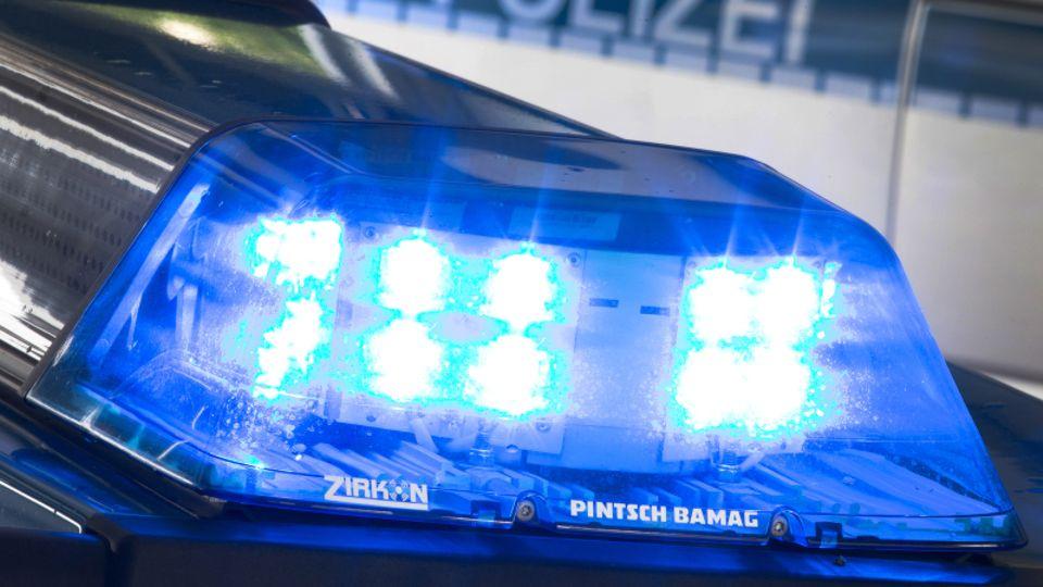 Blaulicht eines Polizeiwagens als Symbolfoto für Razzia gegen Geldwäsche-Bande