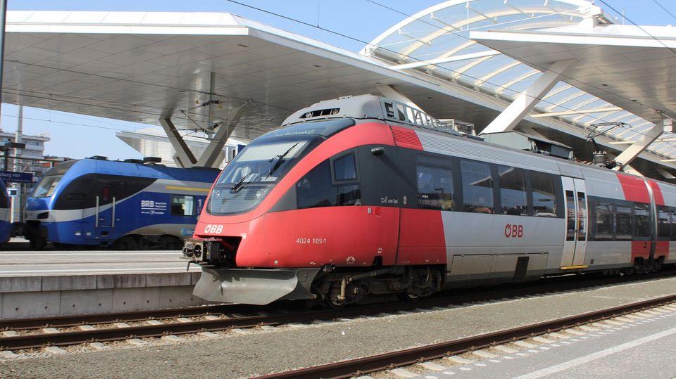 Ein Zug der ÖBB steht in Österreich am Bahnhof