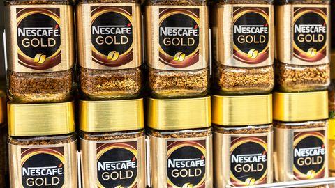 Nescafé Gold Packungen stehen in einem Supermarktregal.