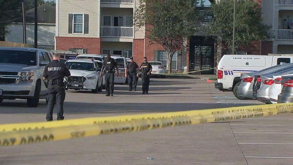 Polizisten laufen hinter Absperrband in Houston umher