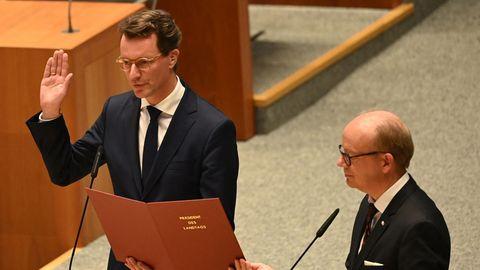 Hendrik Wüst (l.), CDU-Landeschef und neuer Ministerpräsident von Nordrhein-Westfalen, legt den Amtseid ab
