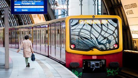 Eine Berliner S-Bahn steht in einem Nahverkehrs-Bahnhof