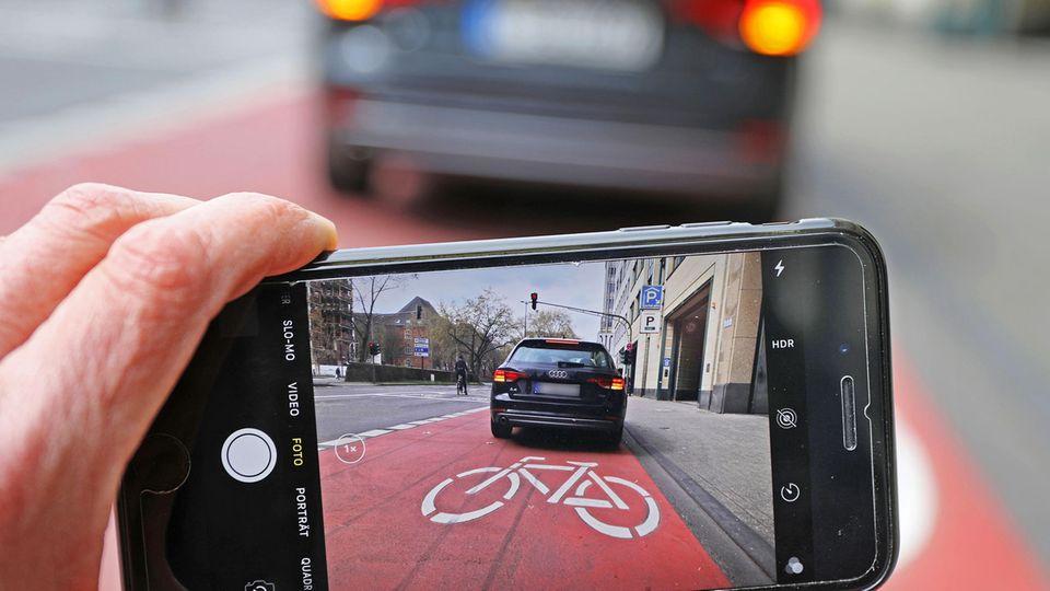 Unter anderem wer Rad- und Gehwege zuparkt, muss künftig höhere Strafen zahlen