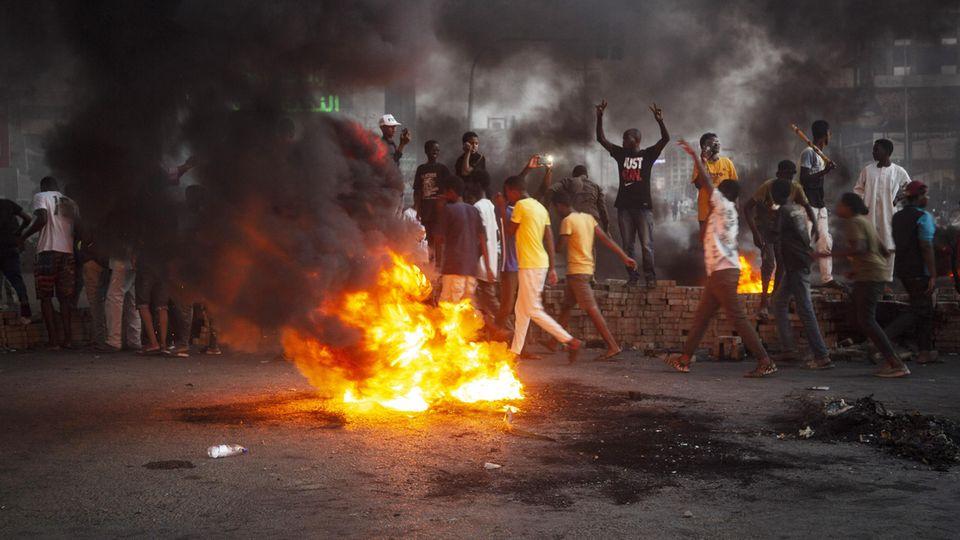 Die Menschen gehen am Montag nach dem Militär-Putsch auf die Straße