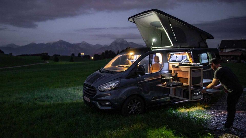 In so einem kleinen Fahrzeug findet das Leben außerhalb statt.
