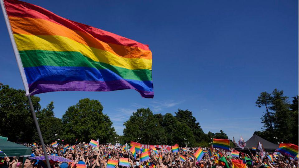 Menschen nehmen im Juli in Mailand an der jährlichen Pride-Parade teil