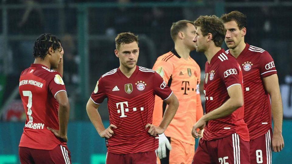 Ungewohnte Situation: Die Bayern-Profis stehe wie begossene Pudel zusammen und wissen nicht so recht, wie ihnen geschieht
