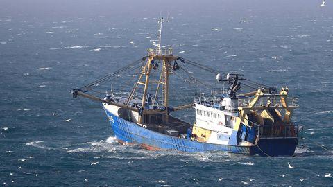 Ein britisches Fischerboot fährt im Ärmelkanal