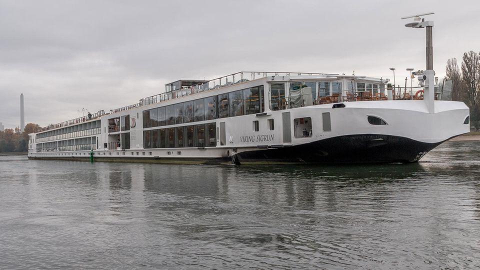 Zwei Schiffe haben sich auf dem Rhein bei Hagenbach in Rheinland-Pfalz festgefahren