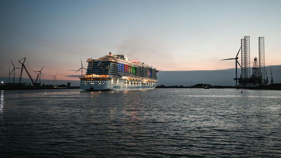Ein Kreuzfahrtschiff in Eemshaven