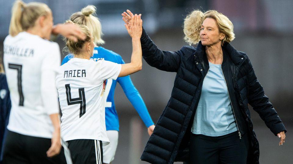 Nationalspielerin Leonie Maier klatscht mit Bundestrainerin Martina Voss-Tecklenburg während des Spiels gegen Israel ab
