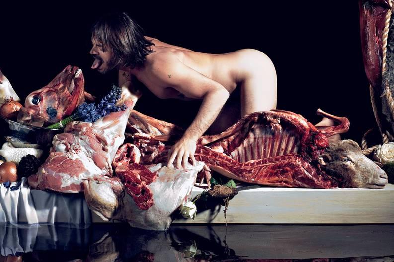 Das große Fressen: 2005 posierte Sorrenti selbst auf dem Foto eines Gelages, bei dem vor allem Fleisch verspeist wird.