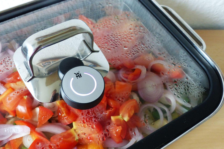 Wer den Ton aus hat oder das Tablet bereits zur Seite gelegt hat, erkennt das Kochende am Cook Assist, der weiß-violett leuchtet.
