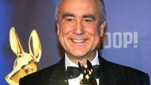 Kurt Felix 2003 bei der Bambi-Verleihung in Hamburg mit der Auszeichnung für sein Lebenswerk