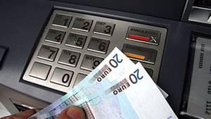 Automaten machen dem Kunden das Geldabheben leicht. Überzieht er sein Girokonto, wird es aber teuer - zu teuer, kritisieren Verbraucherschützer