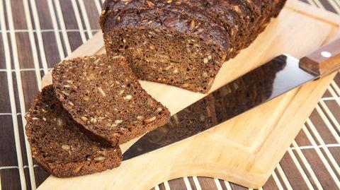 Brote mit einem hohen Eiweißanteil sollen beim Abnehmen helfen. Doch sie sind fettreicher als normales Brot.