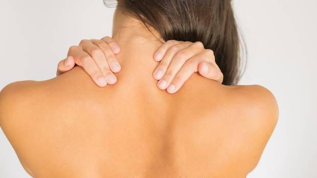 Gezieltes Aufwärmen beugt gegen Schulterzerrungen und Rückenschmerzen vor