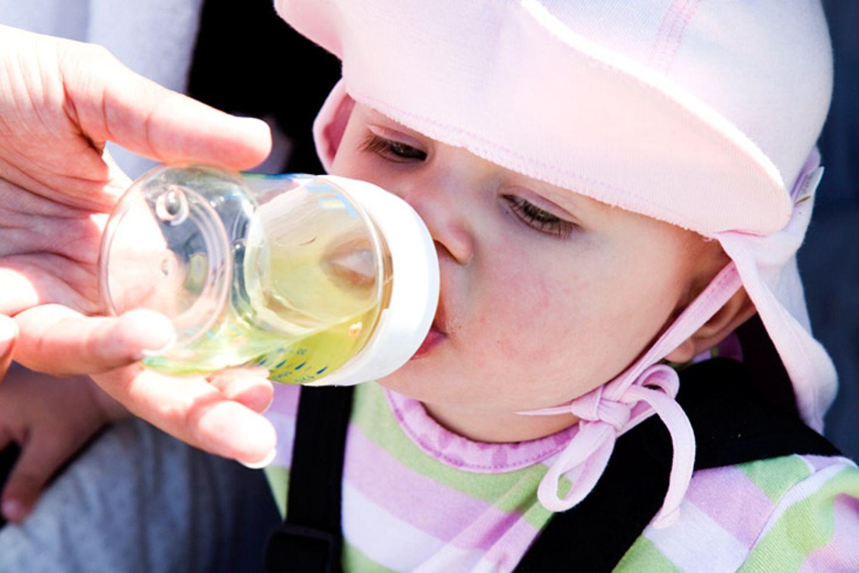 Geben Sie Ihrem Kind am besten Leitungs- oder Mineralwasser zu trinken, oder auch ungesüßte Kräuter- oder Früchtetees. Fruchtsäfte verdünnen Sie am besten mit der doppelten Menge Wasser. Wenn Ihr Kind nur Süßes trinken mag, verdünnen Sie Säfte oder Limonaden Schritt für Schritt