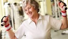 Frauen mangelt es nach den Wechseljahren an dem Geschlechtshormon Östrogen, das die Knochen schützt. Das macht sie anfällig für das Knochenleiden Osteoporose.