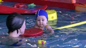 Kinder unter zwei Jahren, in deren Familien gehäuft Allergien auftreten, sollten besser nichts ins Hallenbad, rät das Umweltbundesamt