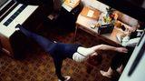 In den Jahren 1976/77 befand sich Abba auf dem Karrierehöhepunkt. 1977 führte sie eine Welttournee nach Australien. In ihrem Hotelzimmer hält sich Frida mit Fitnessübungen fit.
