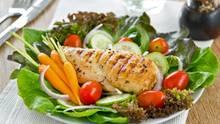 Low-Carb bedeutet, die Menge an Kohlenhydraten zu reduzieren, also vor allem stärkereiche Lebensmittel wie Brot, Gebäck oder Nudeln, Kartoffeln und Reis.