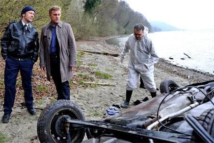 Den Wagen wird er wohl nicht mehr fahren: Kai Perlmann (Sebastian Bezzel) sichtet die Unfallstelle, wo die schöne Mona verunglückt ist