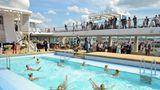 Einen Rekord stellt der Außenpool auf Deck 14 auf: Das 25 Meter lange Becken eignet sich zum Bahnschwimmen, wie es kein anderes Kreuzfahrtschiff bieten kann. Eine Joggingstrecke und einen riesigen Spa-Bereich mit Saunalandschaft und Meerblick gibt auch.