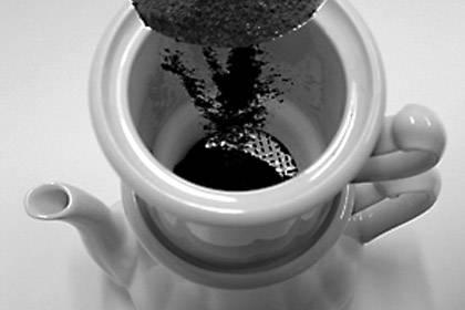 Die Karlsbader filtert mit einem Porzellansieb. Dafür muss der Kaffee sehr grob gemahlen sein