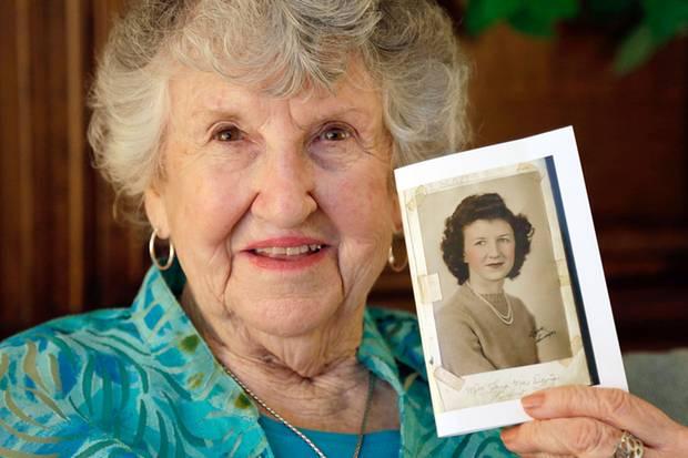 Überraschender Fund: Laura Mae Davis Burlingame findet nach knapp 70 Jahren das Tagebuch ihrer Jugendliebe Thomas Jones., darin ein Foto von ihr aus den 40ern.