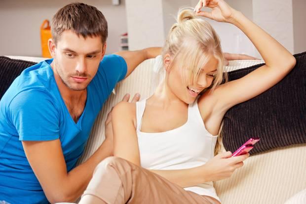 Für jeden vierten Deutschen ist das Handy des Partners ein Grund zur Eifersucht