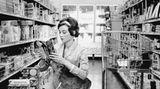 1959 brachte Audrey Hepburn von Dreharbeiten ein kleines Rehkitz mit nach Hause, das fortan bei der Familie lebte. Es bekam den Namen Pippin und wurde Ip genannt. Hier nimmt sie ihr Ip mit zum Einkaufen in den Supermarkt Gelson's in Beverly Hills.  www.taschen.com