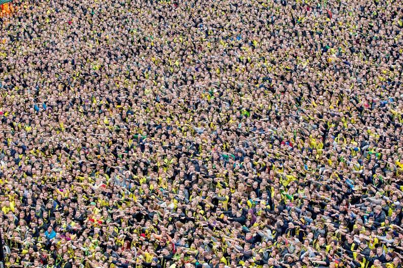 Dortmund, 25. Mai 2013. Auf dem Friedensplatz fiebern die in schwarz-gelb gekleideten Fans mit ihrem BVB, der in London im Champions-League-Finale gegen den FC Bayern München spielt. Als BVB-Fan, der in Dortmund studiert hatte, litt der Fotograf mit. Die Borussen verloren zwar das Spiel, gewannen aber die Sympathien von Zuschauern in ganz Europa.