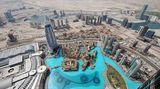 """Wo Dubai in die Wüste wächst: Unten links das Dach der Dubai Mall mit dem Wasserbecken des Dubai Fountain und in der Mitte das Neubauviertel mit dem sinnigen Namen """"Old Town"""""""