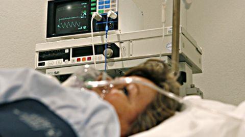 Durch einen Infarkt vernarbt Herzgewebe. Das reduziert die Leistungsfähigkeit des Herzens dauerhaft.