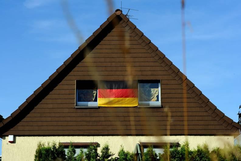 Alle zwei Jahre - pünktlich zur Fußball-EM oder -WM - werden viele Deutsche von einem patriotischen Gefühlsüberschwang gepackt. Dann müssen sie plötzlich ihre Häuser, Balkone, Autos oder Außenspiegel mit schwarz-rot-goldenen Emblemen behängen, um ihre Verbundenheit mit der Nationalmannschaft zum Ausdruck zu bringen und in einem großen Kollektiv aufzugehen.